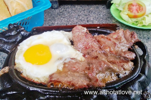 Beefsteak with sunny side up